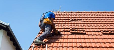 Daklekkage opsporen en repareren door een dakdekker!