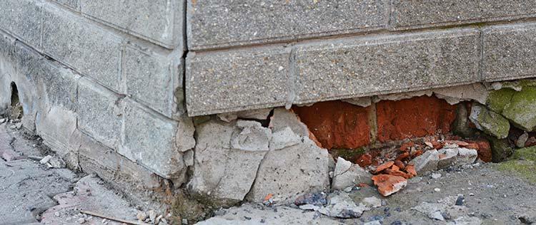 scheuren in muren door droogte