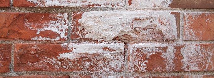 witte aanslag op muren